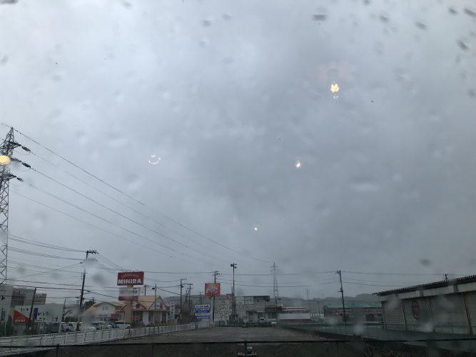 本日、台風のため三時で営業終了します。